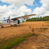 Aerodrome aeroport de Saul en Guyane. Avion debarquant les passagers. Piste. Au milieu de la foret. Village  au coeur de la Guyane. Air Guyane.