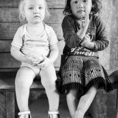 Petite fillle blonde aux yeux bleus a cote d'une petite fille hmong brune aux yeux  marrons.