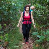 Randonnee a Saul en foret tropicale amazonienne. Maman et son bebe sur le dos. En famille.  Parc amazonien de Guyane.