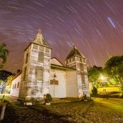 Eglise a Saul en Guyane. Village a l'interieur de la Guyane.  Eglise a deux clochers, classee. De nuit. Voute celeste. Avec les etoiles.