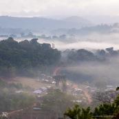 Saul au petit matin (lever du soleil) depuis le belvedere. Brume. Vue sur le village au coeur de la Guyane, en foret tropicale amazonienne.  Parc amazonien de Guyane.