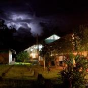 Station de recherche scientifique Yasuni, au sein du parc national Yasuni (Yasuni Research station). De nuit, avec la lune. Bassin amazonien en Equateur. La station dépend de la PUCE (Pontificia Universidad Catolica Del Ecuador).
