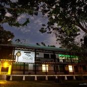 """Station de recherche scientifique Yasuni, au sein du parc national Yasuni (Yasuni Research station). De nuit. Bassin amazonien en Equateur. La station dépend de la PUCE (Pontificia Universidad Catolica Del Ecuador). Pancarte avec marqué """"Estacion cientifica Yasuni"""""""