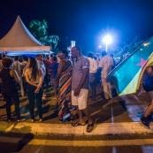 Guyane. Mouvement social le 29 mars 2017. Sur un barrage, grande fête la nuit. Barrage du rond-point de Suzini à Rémire Montjoly, ile de Cayenne. Les camions bloquent le rond-point. Au centre : chapiteaux, groupes de musiques, danse... Ambiance très conviviale. Drapeau de Guyane.