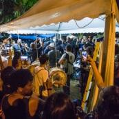 Arrivée des 500 frères contre la délinquance, acclamés par la foule. Guyane. Mouvement social le 29 mars 2017. Sur un barrage, grande fête la nuit. Barrage du rond-point de Suzini à Rémire Montjoly, ile de Cayenne. Les camions bloquent le rond-point. Au centre : chapiteaux, groupes de musiques, danse... Ambiance très conviviale.