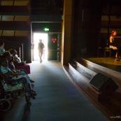 Spectacle a l'encre pour les enfants handicapes. Association EMEGA. Salle de spectacle. Danse. trisomie. Fauteuil roulant. Clown. Musique. Discours. Enfants et jeunes en situation de handicap.  Fauteuils roulants.
