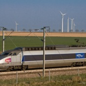 Passage d'un TGV devant un champ d'Èoliennes prËs de Arras (parc de Saint-LÈger). Ligne Lille Paris.  Transport en commun, Ènergie renouvelable.  Eoliennes :  Exploitant : Eurowatt. ModËle : Gamesa.  Parc de 7 Èoliennes, puissance totale de 9400 kW.