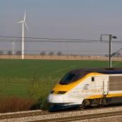 Passage d'un Eurostar devant un champ d'Èoliennes prËs de Arras (parc de Saint-LÈger). Ligne Lille Paris.  Transport en commun, Ènergie renouvelable.  Eoliennes :  Exploitant : Eurowatt. ModËle : Gamesa.  Parc de 7 Èoliennes, puissance totale de 9400 kW.