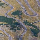 Route transfagaras travaersant les carpates mÈridionales au niveau des montagnes de Fagaras. Vue de dessus, depuis le sommet de la montagne. Route formant de nombreux lacets.