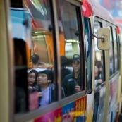 Alignement de bus à Hong-Kong, transport en commun, dans l'agitation frénétique de la ville et de son quartier populaire de Mongkok.