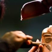 """Usine chinoise de fabrication de moules d'injection de pieces plastiques. Ici un moule de protection pour sportif (protege genoux). Ouvriere en train d'effectuer la finition sur le moule, qui servira a injecter les pieces plastiques. Chine, Shenzhen, usine du monde. Travail plus de 70 heures par semaine, a faible couts, pour utilisation des produits par les pays """"riches""""."""