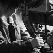 """Ouvriere chinoise sur machine a riveter dans une usine de fabrication de chaussures en Chine. Made in china. Conditions de travail difficiles plus de 70 heures par semaine, pour fabriquer les produits utilises par les pays """"riches"""". Le cout de la main d'oeuvre y est tres faible."""