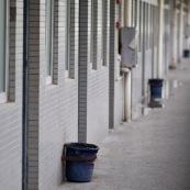 Dortoirs d'une usine chinoise de fabrication de chaussures. Chaque dortoir d'environ 25 metres carres comporte 12 lits (superposes) pour les ouvriers de l'usine. Les ouvriers passent une quinzaine d'annee dans les usines en ville, en envoyant le peu d'argent qu'ils gagnent dans leurs familles (enfants, parents) restes dans les campagnes.