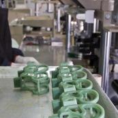 Process de moulage en cire perdue. Moulage acier. Piece de roller systeme de freinage diabolo. Usine a Taiwan (Asie Chine). L'operateur moule les pieces en cire.