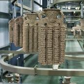 Process de moulage en cire perdue. Moulage acier. Usine a Taiwan (Asie Chine). Les pieces en cire sont aglomerees ensemble avant d'etre revetues de ceramique. Les pieces en cire ont ete revetues de ceramique et sont entreposees. Cela ressemble a des amphores.