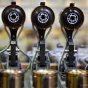 Usine de fabrication de roues de rollers en France. Caroussel entierement automatise pour la coulee de la gomme en polyurethane. Le moyeu en plastique ets place dans les moules, qui se referment, puis le PU est coule.