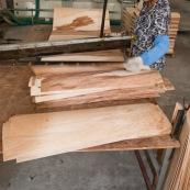Usine en Chine : decoupe de feuilles de bois pour realiser des planches de skateboard.