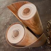 En Chine, trancheuse permettant de realiser des feuilles en partant de troncs en bois. Placage. Usine.