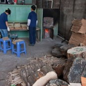 En Chine, usine permettant de realiser des planches de skateboard. Ici, sechoir permettant de secher les feuilles de bois.