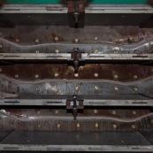 Usine en Chine : moules permettant de realiser les planches de skateboard. Les feuilles de bois sont colees ensemble puis pressees dans les moules.
