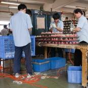 """Usine chinoise de fabrication de roues en polyurethanes (pour valises, roues de skateboards, rollers...). Chine, Shenzhen, usine du monde. Travail plus de 70 heures par semaine, a faible couts, pour utilisation des produits par les pays """"riches"""", dans des conditions de travail Èpouvantables."""