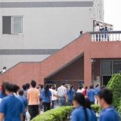 Usine en Chine. Ouvrier allant a la cantine le midi.
