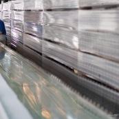 """Usine chinoise de fabrication de chaussures et autres produits (protections, sacs...). Ouvriers a la chaine, en train de realiser des serigraphies sur film plastique. Chine, Shenzhen, usine du monde. Travail plus de 70 heures par semaine, a faible couts, pour utilisation des produits par les pays """"riches""""."""