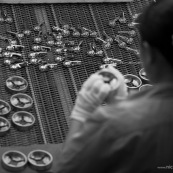 Usine en CHine. traitement de surface de pieces metalliques (chromage). Tapis roulant.