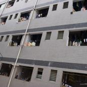 Dortoirs d'une usine chinoise de fabrication de chaussures. Chaque dortoir d'environ 25 metres carres comporte 12 lits (superposes) pour les ouvriers de l'usine. Les ouvriers passent une quinzaine d'annee dans les usines en ville, en envoyant le peu d'argent qu'ils gagnent dans leurs familles (enfants, parents) restes dans les campagnes. Chine Shenzhen.
