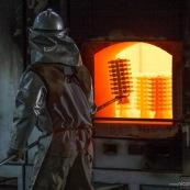 Process de moulage en cire perdue. Moulage acier. Usine a Taiwan (Asie Chine). Les pieces en cire sont aglomerees ensemble avant d'etre revetues de ceramique. Les pieces en cire ont ete revetues de ceramique et sont cuites dans des fours à tres haute temeprature. Ensuite l'acier est coulé dans ces moules qui seront perdus par la suite. Ici, les moules sont chauffes avant de couler l'acier a l'interieur. Siderurgie.