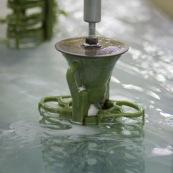 Process de moulage en cire perdue. Moulage acier. Usine a Taiwan (Asie Chine). Les pieces en cire sont aglomerees ensemble avant d'etre revetues de ceramique et nettoyees en passant dans differents bains.