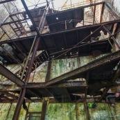 Ancienne rhumerie a Matoury, Guyane francaise. Batiment industriel rouille. Murs en briques. Etages en train de se decomposer. Rouille.