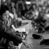 """Ouvrier chinois sur chaine de production dans une usine de fabrication de chaussures en Chine. Made in china. Conditions de travail difficiles plus de 70 heures par semaine, pour fabriquer les produits utilises par les pays """"riches"""". Le cout de la main d'oeuvre y est tres faible."""