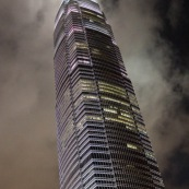 Gratte ciel - tour a Hong-Kong. De nuit. Immeuble.