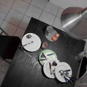 Table avec vaisselle non faite de plusieurs jours. Une semaine de repas.