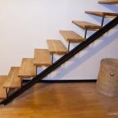 Escalier moderne en acier et bois massif (chene) dans une maison en cours de renovation.