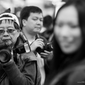 Dans la rue a Hong-kong mannequin en train de se faire photographier par des photographes.
