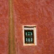 Morceau de facade marocaine, couleurs ocres. Composition graphique. Goutiere. Petite fenetre.