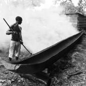 Fabrication d'une pirogue en Guyane entre France et Suriname sur le Maroni. Ouverture du tronc avec du feu.