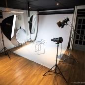 Studio photo. Flashs de studio. Photographe. Fond blanc.