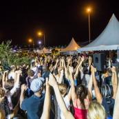 Guyane. Mouvement social le 29 mars 2017. Sur un barrage, grande fête la nuit. Barrage du rond-point de Suzini à Rémire Montjoly, ile de Cayenne. Les camions bloquent le rond-point. Au centre : chapiteaux, groupes de musiques, danse... Ambiance très conviviale. Toute la population est solidaire.
