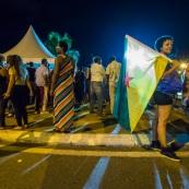 Guyane. Mouvement social le 29 mars 2017. Sur un barrage, grande fête la nuit. Barrage du rond-point de Suzini à Rémire Montjoly, ile de Cayenne. Les camions bloquent le rond-point. Au centre : chapiteaux, groupes de musiques, danse... Ambiance très conviviale. Drapeau de la Guyane.